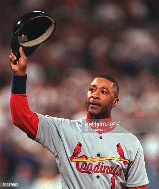 St Louis Cardinals Ozzie Smith tips his hat to the crowd before pinch hitting in the sixth inning of game seven of the National League Championship...