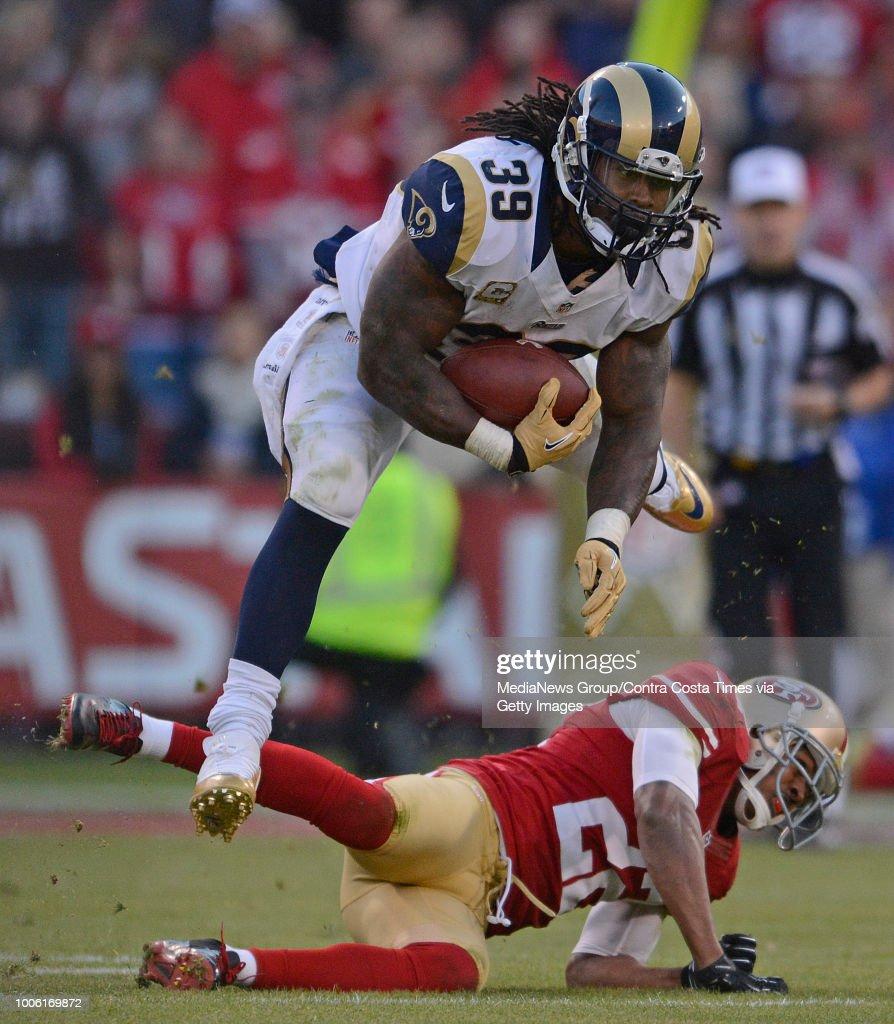 d22d86f3 St. Louis Rams' Steven Jackson leaps over San Francisco 49ers ...