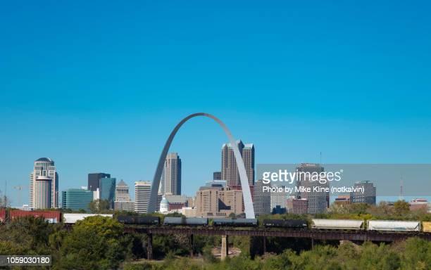 st. louis skyline with trains - ミズーリ州 セントルイス ストックフォトと画像