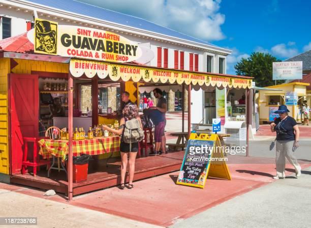 st. maarten rum shop - sint maarten caraïbisch eiland stockfoto's en -beelden