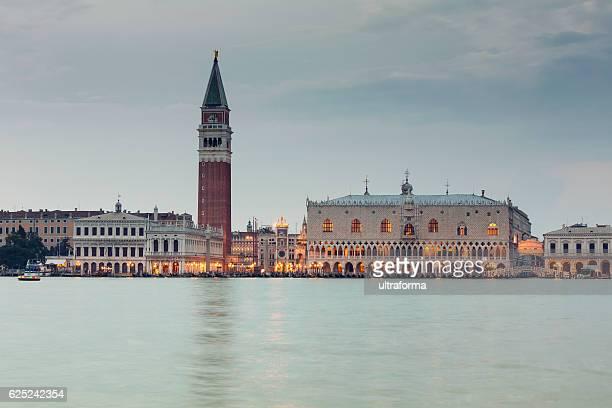 サンマルコ広場のベニスでの夕暮れ - ヴェネツィア ストックフォトと画像