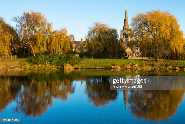 st. mary the virgin church reflected in the lower pool, cambridgeshire, england - ケンブリッジシャー州 ストックフォトと画像