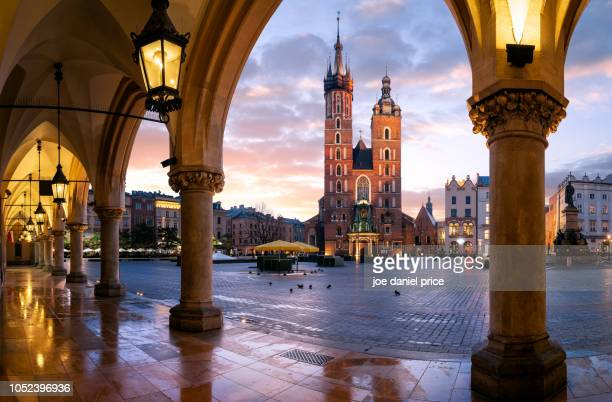 st mary's basilica, bazylika mariacka, through the arches, the cloth hall, krakow, poland - 市場広場 ストックフォトと画像