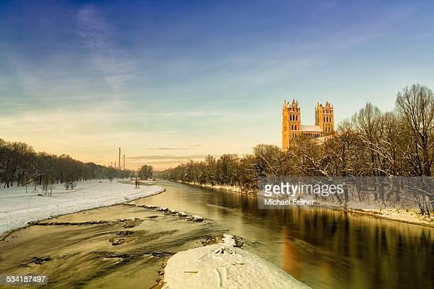 st. maximilian and river isar in munich - fiume isar foto e immagini stock