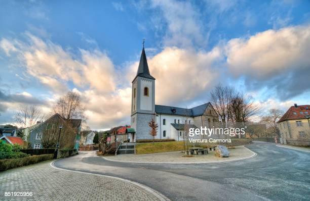 st. maximin (düssel) church in wülfrath-düssel, germany - protestantismo - fotografias e filmes do acervo