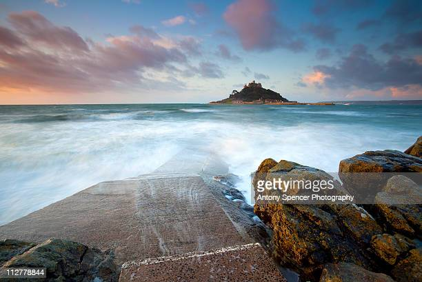 st michaels mount at sunrise - penzance stock pictures, royalty-free photos & images