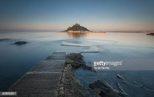 st michael's mount lighten up in sunrise, cornwall - penzance stock pictures, royalty-free photos & images