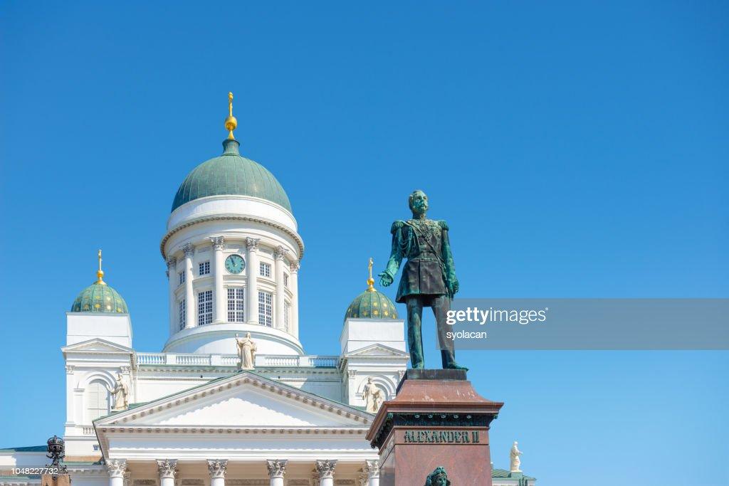 St. Nicholas Church with Monument Alexander II, Helsinki : Foto de stock