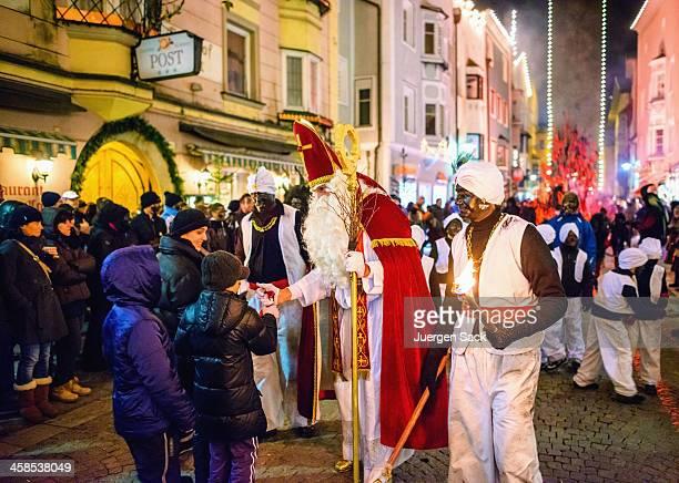 st. nikolaus dando regalos a los niños sterzing/vipiteno - reyes magos fotografías e imágenes de stock