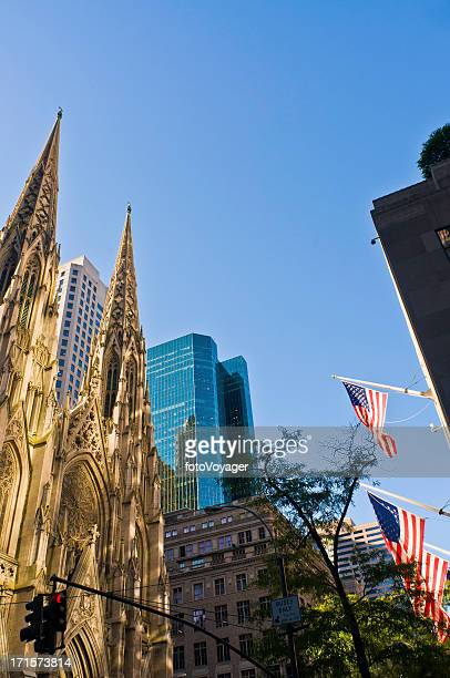 St. Patrick's Cathedral-Stars Stripes der 5th Avenue in Manhattan, New York