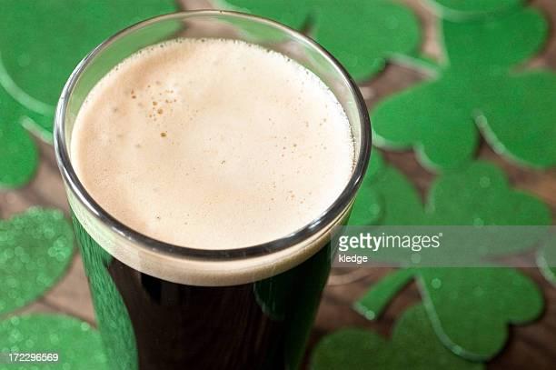 st patty festa della birra scura - giorno di san patrizio foto e immagini stock