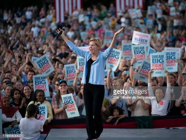 Sen Elizabeth Warren acknowledge the crowd as she concluded her Town Hall at Macalester College