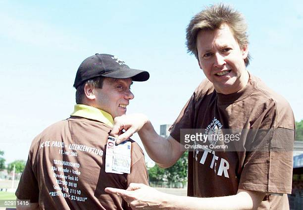 St Pauli Lizenzentzug 110603 Hamburg Corny LITTMANN und Lou RICHTER verkaufen TShirts fuer den Erhalt der Lizenz der Regionalliga