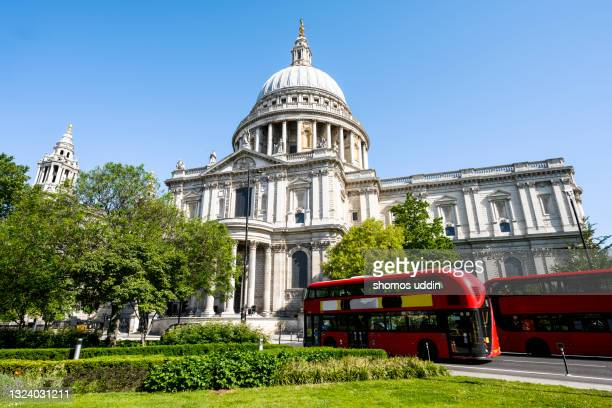 st paul's cathedral and the street of london - central london photos et images de collection