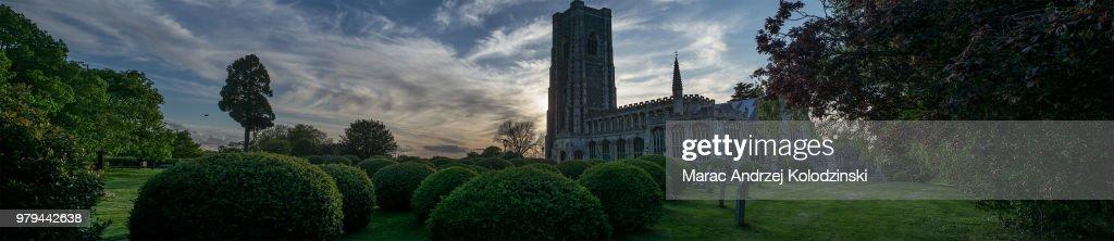 St Peter and St Paul's Church garden and exterior panorama at sunset, Lavenham, Suffolk, England, UK : Foto de stock