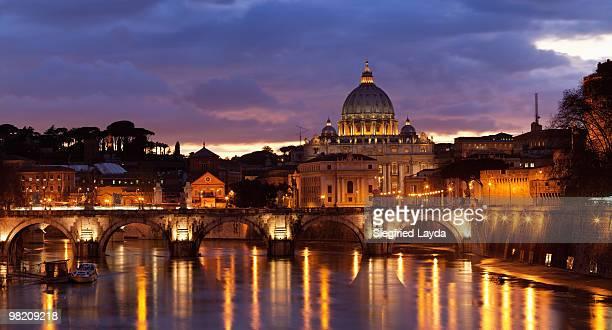 st. peter's basilica and ponte sant angelo at dusk - cupola stockfoto's en -beelden