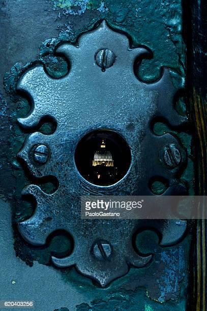 st. peter's dome and keyhole - roma città foto e immagini stock