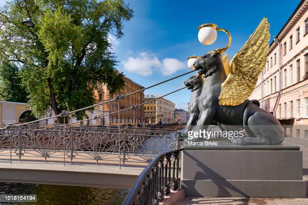 st. petersburg russia. griffins on bank bridge griboedov canal - marco brivio stock pictures, royalty-free photos & images