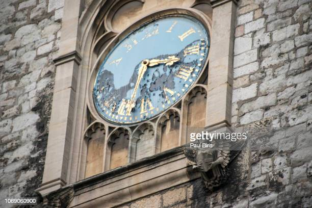 st. sepulchre's church clock, newgate, london, england - holborn stock pictures, royalty-free photos & images