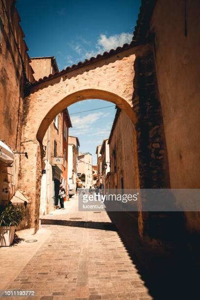 calle de st tropez, provenza, francia - saint tropez fotografías e imágenes de stock