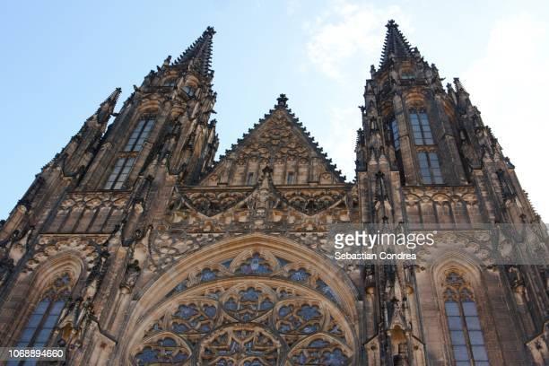 st. vitus cathedral ,ancient castles in prague, cityscape,czech republic - notre dame de tyn photos et images de collection