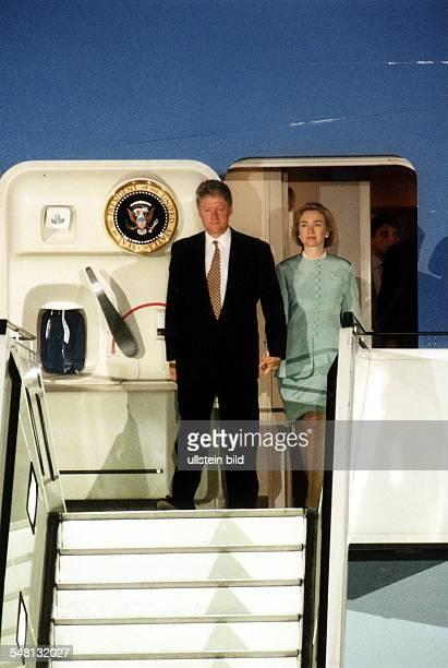 Staatsbesuch des amerikanischen Präsidenten Bill Clinton in Berlin Ankunft der 'Air Force One' auf dem Flughafen Tegel Hillary und Bill Clinton...