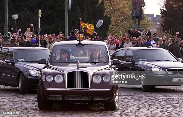 Staatsbesuch Königin Elisabeth II von Engand in Deutschland Die Queen in ihrer Rolls Royce Staatskarosse mit dem königlichen Stander und Wappen Fahrt...