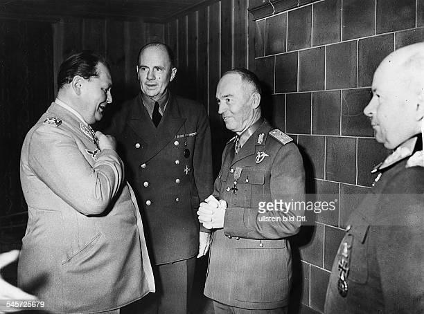 Staatschef Ion Antonescu imFührerhauptquartier `Wolfsschanze' beiRastenburg in Ostpreussen im Gespräch mitHermann Göring in der Mitte Dr PaulOtto...