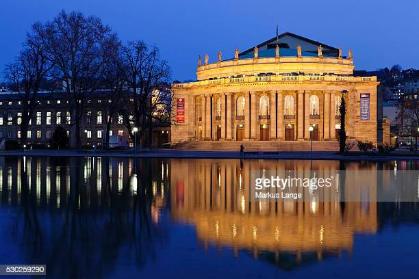 staatstheater (stuttgart theatre and opera house) at night, reflecting in the eckensee, schlosspark, stuttgart, baden wurttemberg, germany, europe - opernhaus stock-fotos und bilder