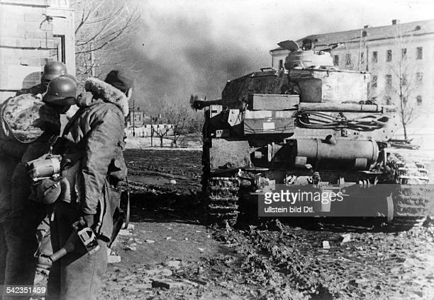 Stabilisierung der Front im Raum Donez/Dnjepr Charkow SSGrenadiere und Panzer im Strassenkampf im wiedereroberten CharkowMärz 1943