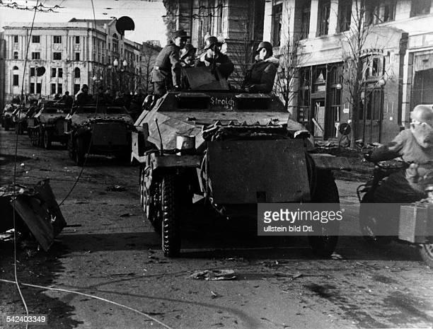 Stabilisierung der Front im RaumDonez/Dnjepr Charkow SSPanzergrenadiere dringen auf einerfreigekämpften Ausfallstr in ihrenSchützenpanzerwagen in das...