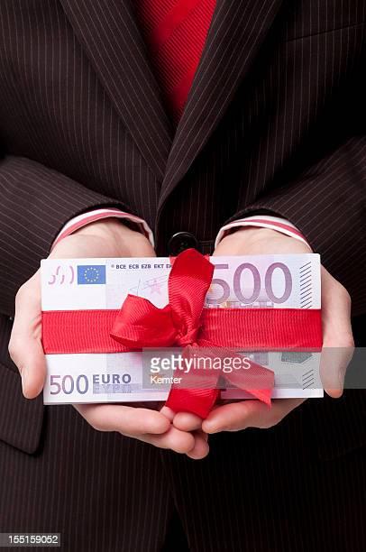 pila de los billetes de 500 euros con cinta roja - billete de banco de quinientos euros fotografías e imágenes de stock