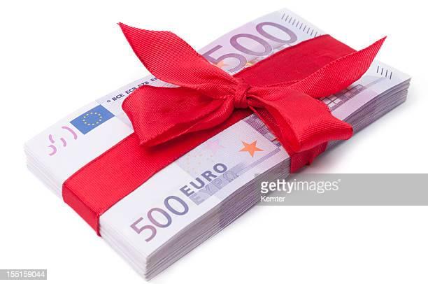 Stapel von 500-euro-Banknoten mit roter Schleife