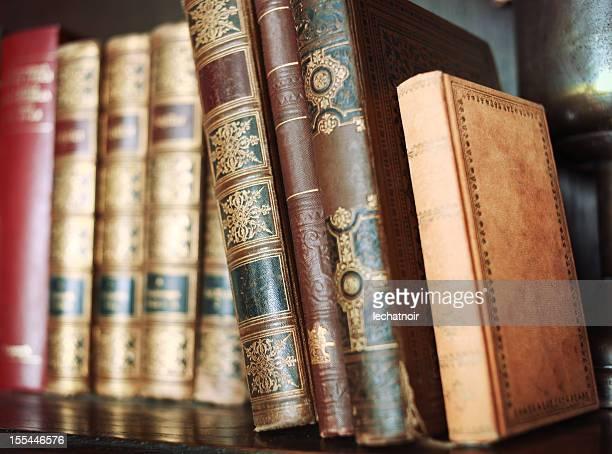 stapel alter bücher auf regal - enzyklopädie stock-fotos und bilder