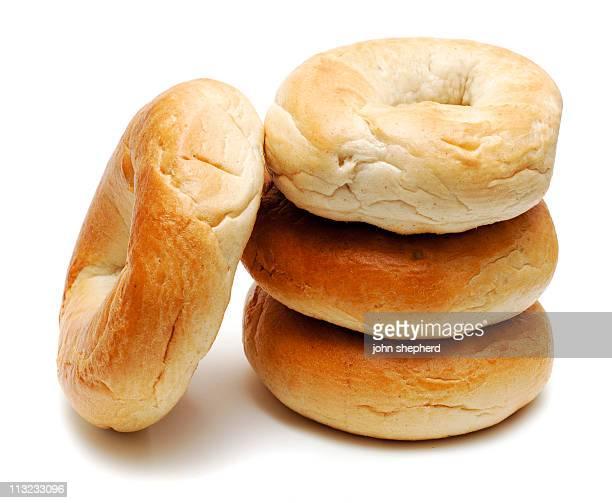 Pile de bagels isolé contre blanc