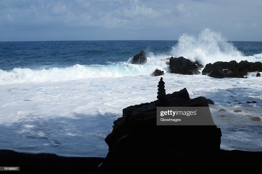 Stack of balanced stones on a rock, Kehena Beach, Big Island, Hawaii Islands, USA : Foto de stock