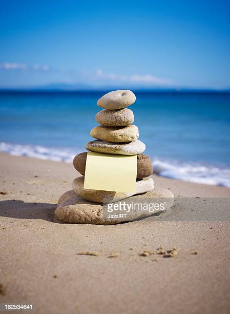 Pila di pietre equilibrato sulla spiaggia