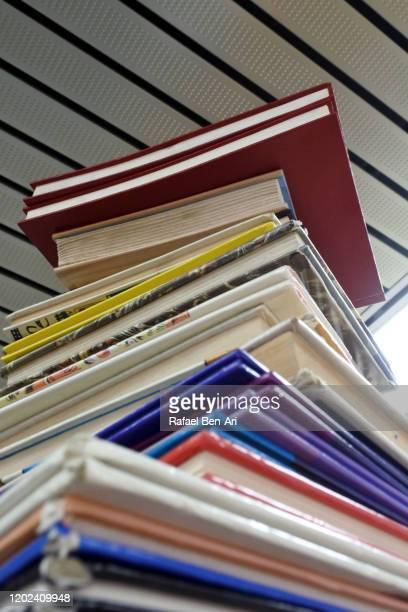 stack of books layers background - rafael ben ari 個照片及圖片檔