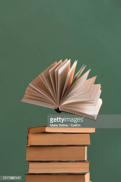 stack of books on table - literature photos et images de collection