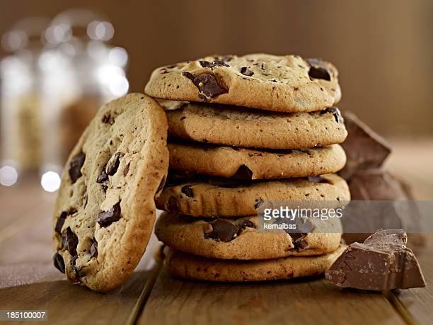 Pila di biscotti con scaglie di cioccolato