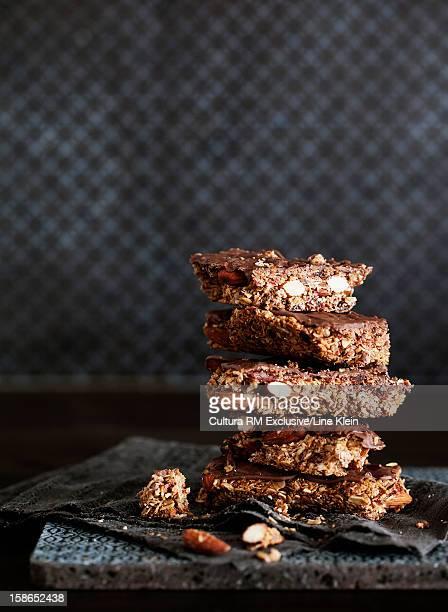 stack of chocolate granola bars - klein foto e immagini stock