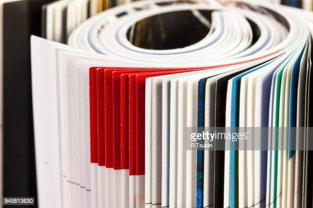 stack of color magazines - editorial fotografías e imágenes de stock