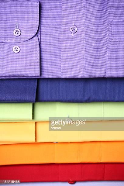 Pile de chemises colorées
