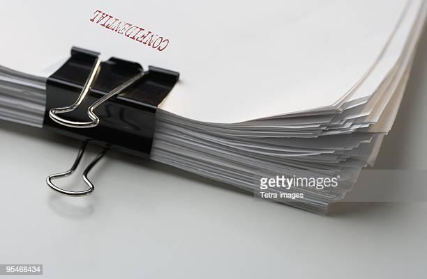 a stack of confidential papers - privatsphäre stock-fotos und bilder
