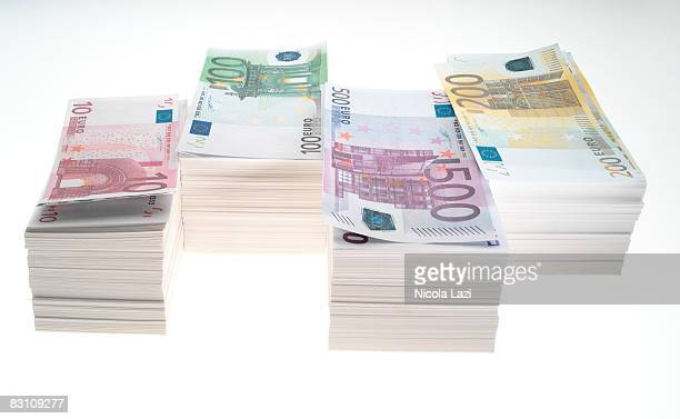 stack of euro banknotes - billete de banco de quinientos euros fotografías e imágenes de stock
