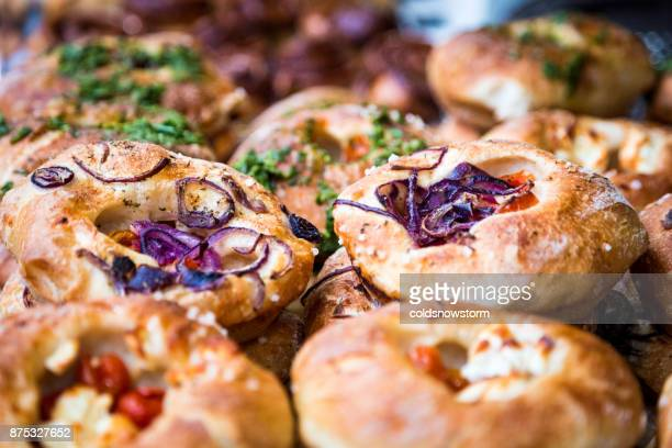Stapel von frisch gebackenem Brot und Focaccia übereinander gestapelt