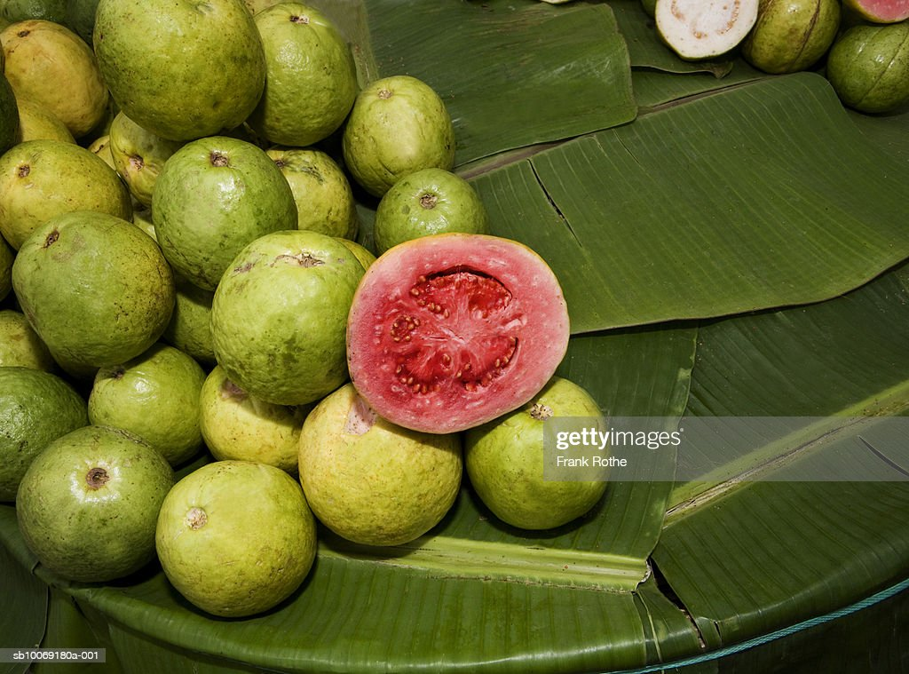 Stack of guava kept in leaf, close-up : Stockfoto