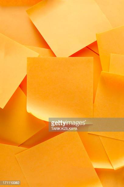 Pile d'orange remarque papiers