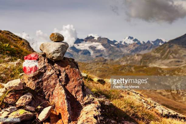 stack of painted rocks, view of mountains - トレイル表示 ストックフォトと画像