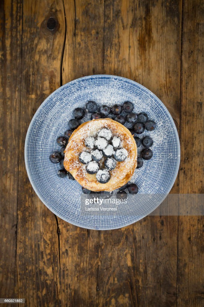 Stack of Pancakes with blueberries on blue plate : Stock-Foto
